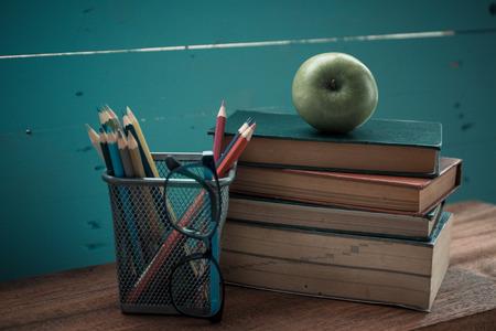 Buch mit Apfel und Bleistift-Box Standard-Bild - 96116259