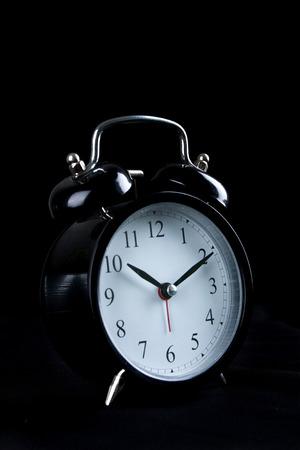 Wecker auf schwarzem Hintergrund Standard-Bild - 96308784