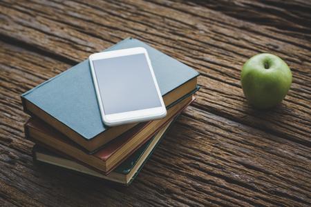 Buch mit Apfel und Bleistift-Box Standard-Bild - 96115803