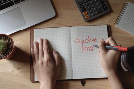 Handschrift Wortlaut Ziel 2018 auf Notebook Standard-Bild - 96305545