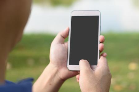 Hand hält Smartphone Standard-Bild - 96305286