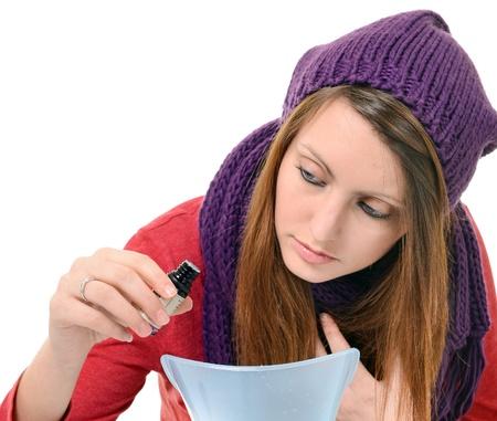 Uma jovem com gripes e resfriados inalado
