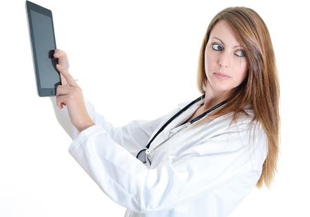 Doutor estudante fêmea bonita que trabalha com uma tabuleta digital
