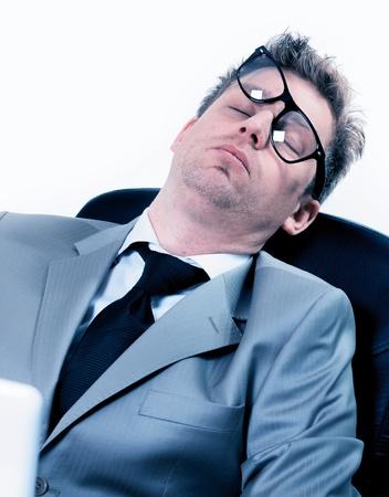 gente durmiendo: retrato divertido de dormir cansado hombre de negocios en la oficina Foto de archivo