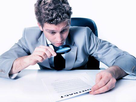 Retrato de um homem jovem e bonito olhando para um contrato