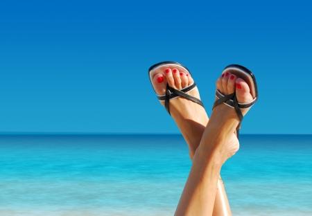 ser humano: bonitas pies cruzados en una isla paradisíaca Foto de archivo