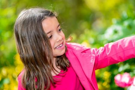 Sommer natürlichen Portrait eines glücklichen hübsches kleines Mädchen