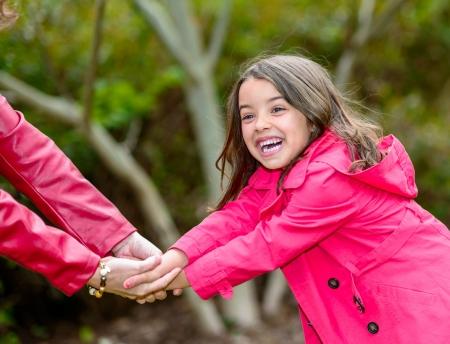 ziemlich glücklich kleines Mädchen spielt mit ihrer Mutter