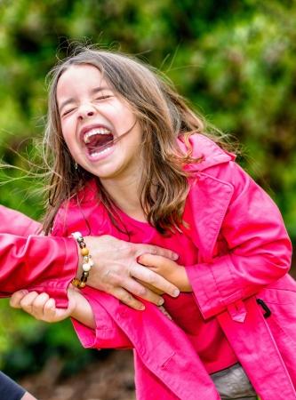complicit�: la complicit� des heureux jolie petite fille jouant avec sa m�re Banque d'images