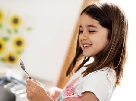 Porträt einer schönen jungen Mädchen tun Geschirr