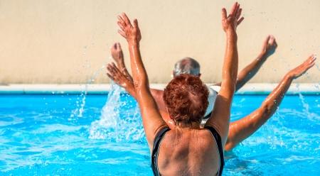Séniores ativos recebendo um treino na piscina