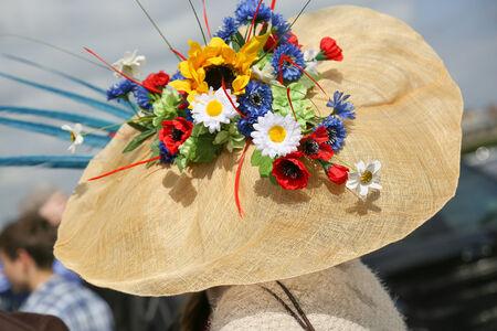 mujer elegante: Mujer elegante con su hermoso sombrero de flores en el Prix de Diane, Francia