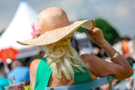 グランプリ ・ デ ・ ダイアンは、フランスで彼女の美しい帽子エレガントな年配の女性