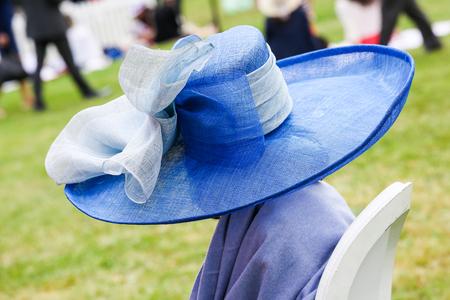 mujer elegante: Mujer elegante con su hermoso sombrero en el Prix de Diane, Francia Foto de archivo