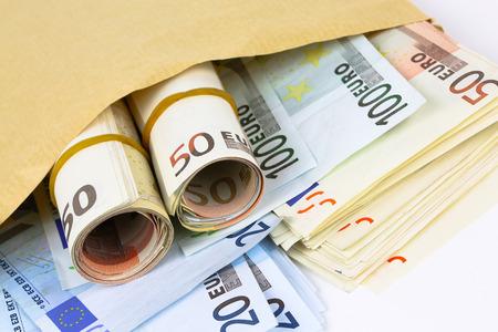 Close up em envelope cheio de dinheiro euro Imagens