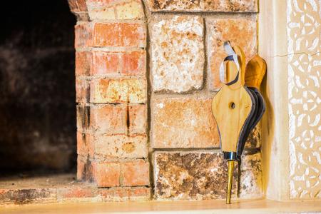 chimney corner: Fuelle Chimenea inclinaron a la esquina de la pared de lavado bricky por el sol