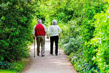 Een foto van een oud echtpaar strollingin het park