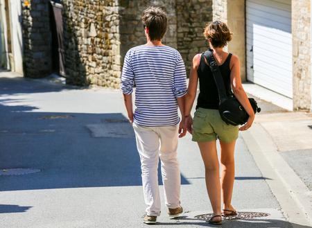 crick: Una giovane coppia a piedi nel centro storico della stretta strada del centro Archivio Fotografico