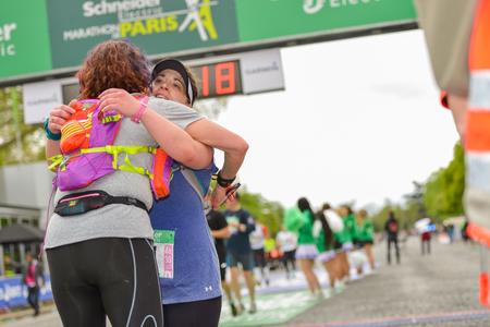 d�livrance: PARIS, FRANCE - 6 avril: Contre l'une coll�e ligne d'arriv�e other au Marathon International de Paris le 06 Avril, 2014 � Paris, France