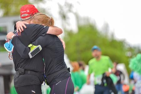 d�livrance: PARIS, FRANCE - 6 avril: Les coureurs de marathon de finition en ligne au Marathon International de Paris le 06 Avril, en 2014 Paris, France �ditoriale