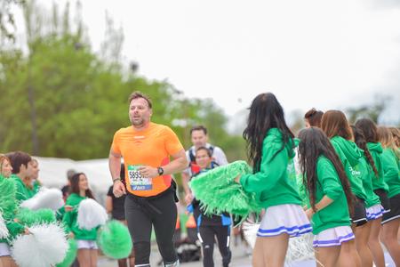 d�livrance: PARIS, FRANCE - 6 avril: marathon Line Runner de finition au Marathon International de Paris le 06 Avril, 2014 � Paris, France �ditoriale