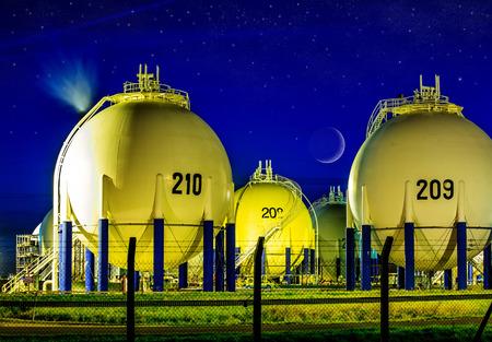 electricidad industrial: Opini�n de la noche en la unidad de la refiner�a de petr�leo en el campo
