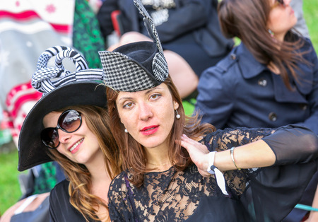 qui: CHANTILLY - JUNE 15: Lifestyle Pricing Diane - The Diana Award is a French horse race qui runs Every year in June. In an atmosphere of sporting fervor and chic picnic Chantilly. Considered the price of elegance and distinction, thanks to ict hat parade, t