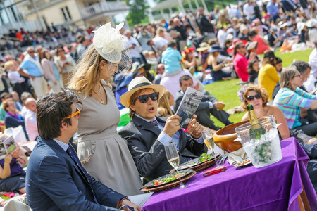 qui: CHANTILLY - JUNE 15: Upscale picnic at the Prix de Diane - The Diana Award is a French horse race qui runs Every year in June. In an atmosphere of sporting fervor and chic picnic Chantilly. Considered the price of elegance and distinction, thanks to ict h Editorial