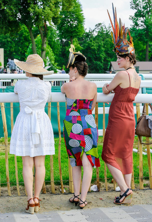chantilly: CHANTILLY - JUNE 15: Stylish women at the Diane Prize Diane -The price is a French horse race qui runs Every year in June. In an atmosphere of sporting fervor and chic picnic Chantilly. Considered the price of elegance and distinction, thanks to ict hat p