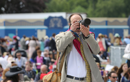 qui: CHANTILLY - JUNE 15: Portrait of a photographer at the Prix de Diane - The Diana Award is a French horse race qui runs Every year in June. In an atmosphere of sporting fervor and chic picnic Chantilly. Considered the price of elegance and distinction, tha
