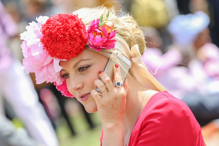 qui: CHANTILLY - JUNE 15: Lovely woman with a pretty hat phoning - The Diana Award is a French horse race qui runs Every year in June. In an atmosphere of sporting fervor and chic picnic Chantilly. Considered the price of elegance and distinction, thanks to ic Editorial