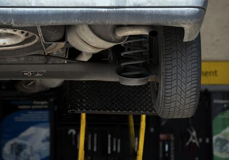 クローズ アップ ガレージにショックアブソーバーの交換の 写真素材