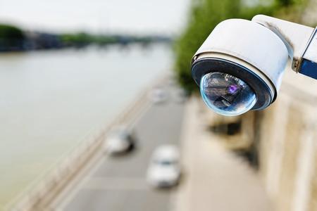 câmera de vigilância acima de uma estrada