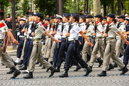 batallón: PARIS, FRANCIA - 14 de julio de 2014: Desfile militar (desfiladero) durante el ceremonial del día nacional francés, Campos Elíseos avenida. Editorial