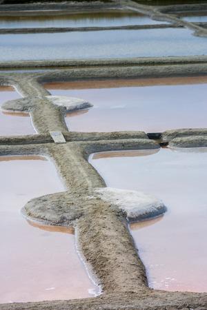 evaporacion: laguna de evaporación de sal en Guérande. Guerande es pequeña ciudad de la Región de Bretaña en Francia. agricultores sales producen la sal de fama mundial Foto de archivo