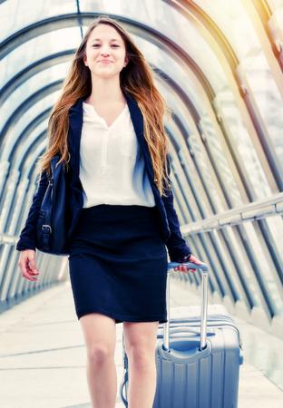 Junior executive dynamische vrouw in zakenreis Stockfoto