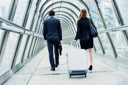 cadres juniors dynamique en voyage d'affaires ou un séminaire d'entreprise