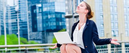 휴식을위한 요가를하는 회사의 중역의 전경. 일이나 긴장의 긴장을 풀고 긴장을 풀다.