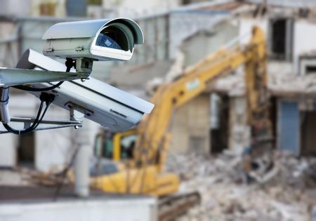 beveiligingscctv-camera of toezichtsysteem met bouwwerf op onscherpe achtergrond