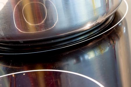 steel pan: cocina eléctrica e inductivo negro con un plato de acero inoxidable Foto de archivo