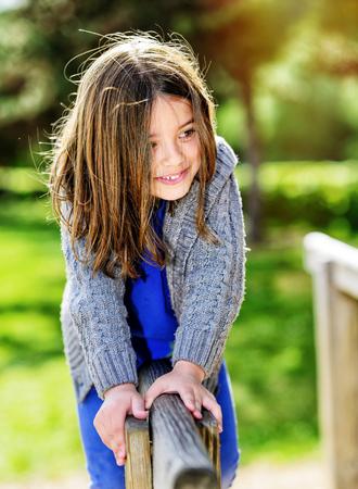 schönes Porträt von niedlichen Kind mit viel Grün im Hintergrund