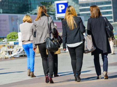 bajando escaleras: La defensa, Francia-10 de abril de 2014: Grupo de mujeres de negocios que va abajo escaleras para llegar al trabajo Editorial