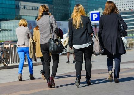 down the stairs: La defensa, Francia-10 de abril de 2014: Grupo de mujeres de negocios que va abajo escaleras para llegar al trabajo Editorial