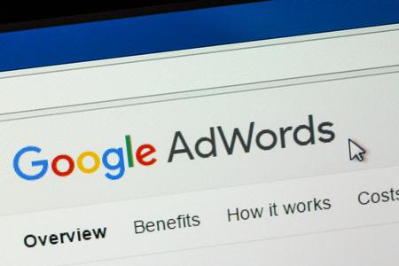 パリ、フランス - 2017 年 1 月 3 日: Google アドワーズ広告は、広告主様のキーワードに基づいて、web ユーザーに簡単な広告コピーを表示に対抗するこ