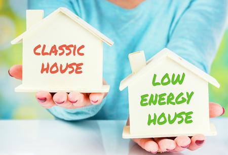 conceptvergelijking tussen een normaal huis en een huis met een laag verbruik
