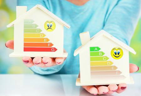 에너지 효율 등급이있는 일반 주택과 저소비 전력 주택의 개념 비교