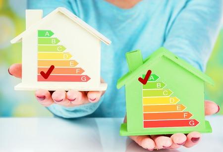 concept vergelijking tussen normale woning en lage consumptie huis met energie-efficiëntie beoordeling Stockfoto