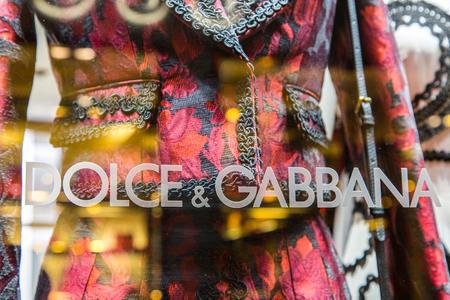 イタリアのファッション スタイリスト ドルチェ ・ ガッバーナ、ヴェネツィア中心部のイタリア、ヴェネツィア - 2015 年 3 月 21 日: ウィンドウ ファッション店ロゴ