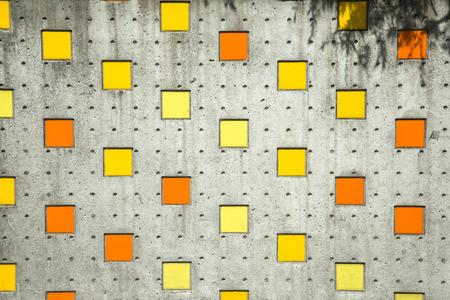 オレンジ色の正方形のカラフルな背景、通りの壁に黄色 写真素材