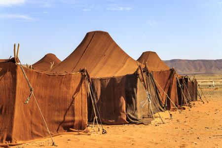 Zelthaus in der Wüste in Folge bedeckt mit braunem Stoff Standard-Bild - 92596360